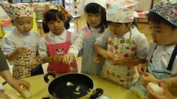 年長 寒天をちぎってお鍋で煮とかします