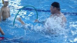 プールの底を蹴ってフープをくぐります