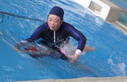 飛び込んだ後は、バタ足で泳ぎました