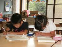 卒園児夏休みボランティア 宿題中