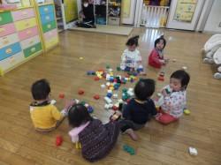 0歳児組・ブロック遊び